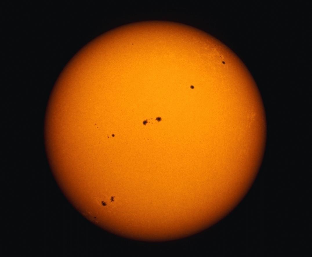 https://i2.wp.com/www.astrobitacora.com/wp-content/uploads/2015/03/sunspots_full_disk-1.png